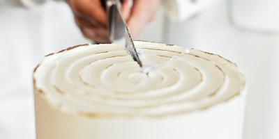 עוגות חתונה כבר מזמן חזרו לאופנה ועם העיצובים של היום, הן כאן כדי להישאר. אצלנו מבחר עוגות חתונה מדהימות במגוון סגנונות. ראו אילו עוגות לחתונה יש למעצבי העוגות שלנו להציע לכם.